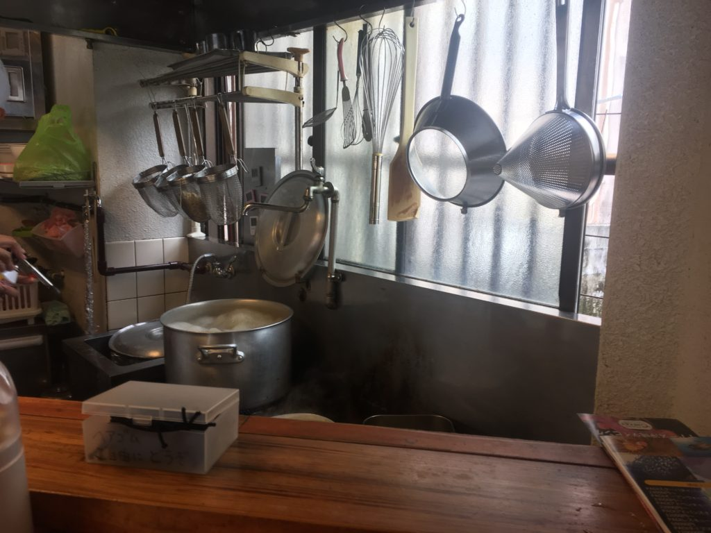 カウンター席から見えるキッチン